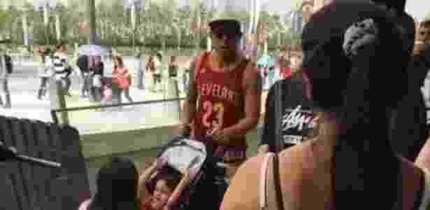 Tévez é fotografado no Disneylândia de Xangai enquanto sua equipe jogava  - Repródução