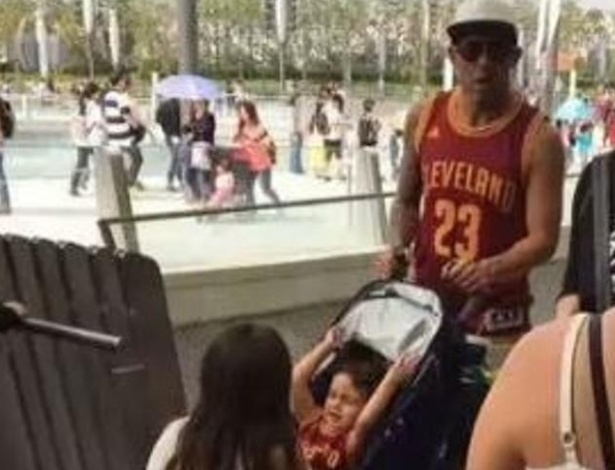 Tévez é fotografado no Disneylândia de Xangai enquanto sua equipe jogava