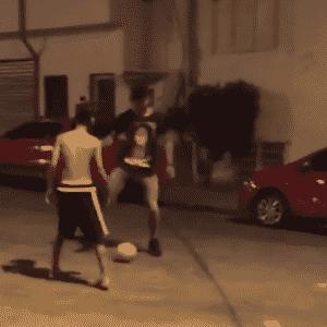 Nas ruas do Jardim Peri, em São Paulo, Gabriel Jesus bateu uma bola com velhos amigos - Reprodução/Instagram