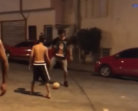 Nas ruas do Jardim Peri, em São Paulo, Gabriel Jesus bateu uma bola com velhos amigos