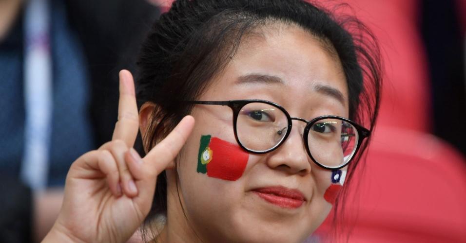 Torcedora acompanha a partida entre Portugal e Chile, pela Copa das Confederações