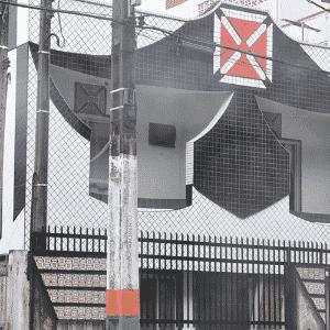 """O pedreiro Davenir Henkel transformou sua casa em Camboriú-SC num templo em homenagem ao time do coração. O lugar ficou conhecido como """"Casa do Vasco"""" - Reprodução"""