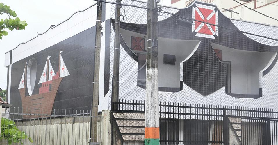 """O pedreiro Davenir Henkel transformou sua casa em Camboriú-SC num templo em homenagem ao time do coração. O lugar ficou conhecido como """"Casa do Vasco"""""""