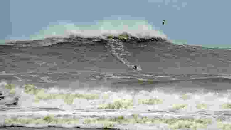 Big rider Thiago Jacaré em swell na Praia do Cardoso, em Santa Catarina - PeDrones - PeDrones