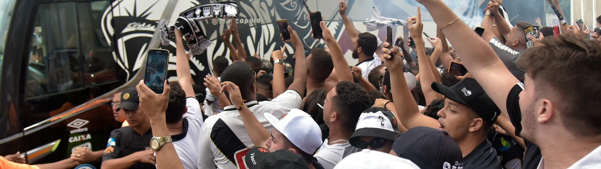 Torcida do Vasco recebe o ônibus do time antes de jogo contra a Ponte Preta