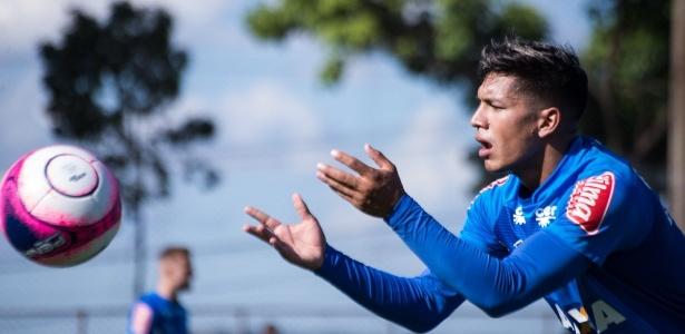 Lucas Romero participa de treino do Cruzeiro na Toca da Raposa II