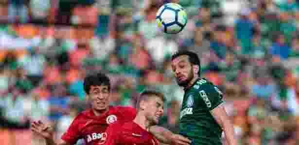 Dracena em disputa de bola pelo alto - Ale Cabral/AGIF - Ale Cabral/AGIF
