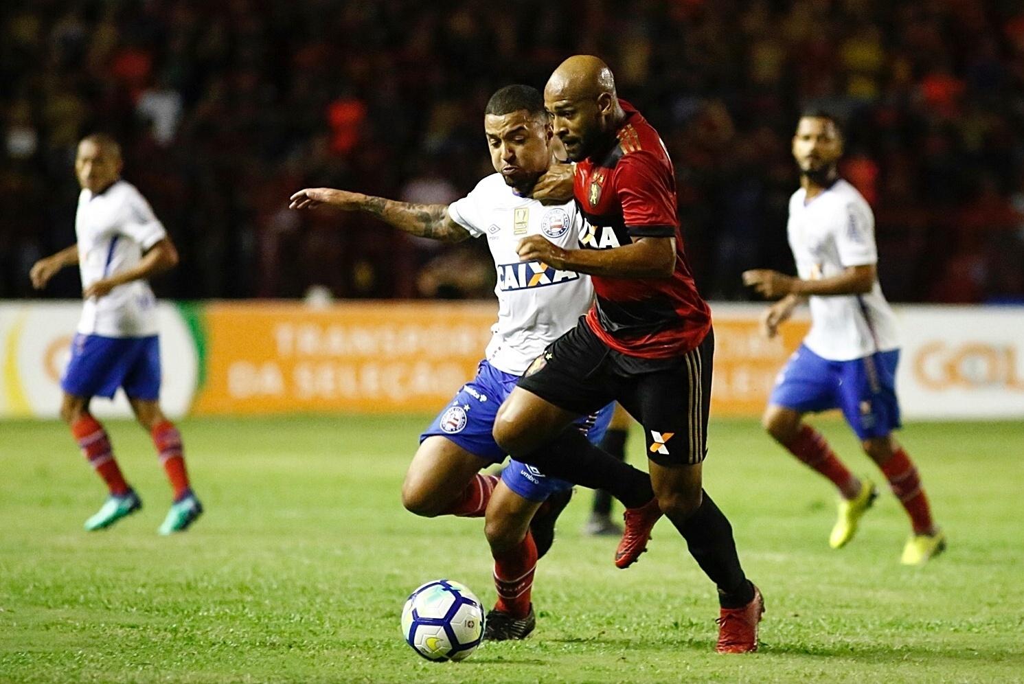 Fellipe Bastos disputa bola no jogo entre Sport x Bahia pelo Campeonato Brasileiro