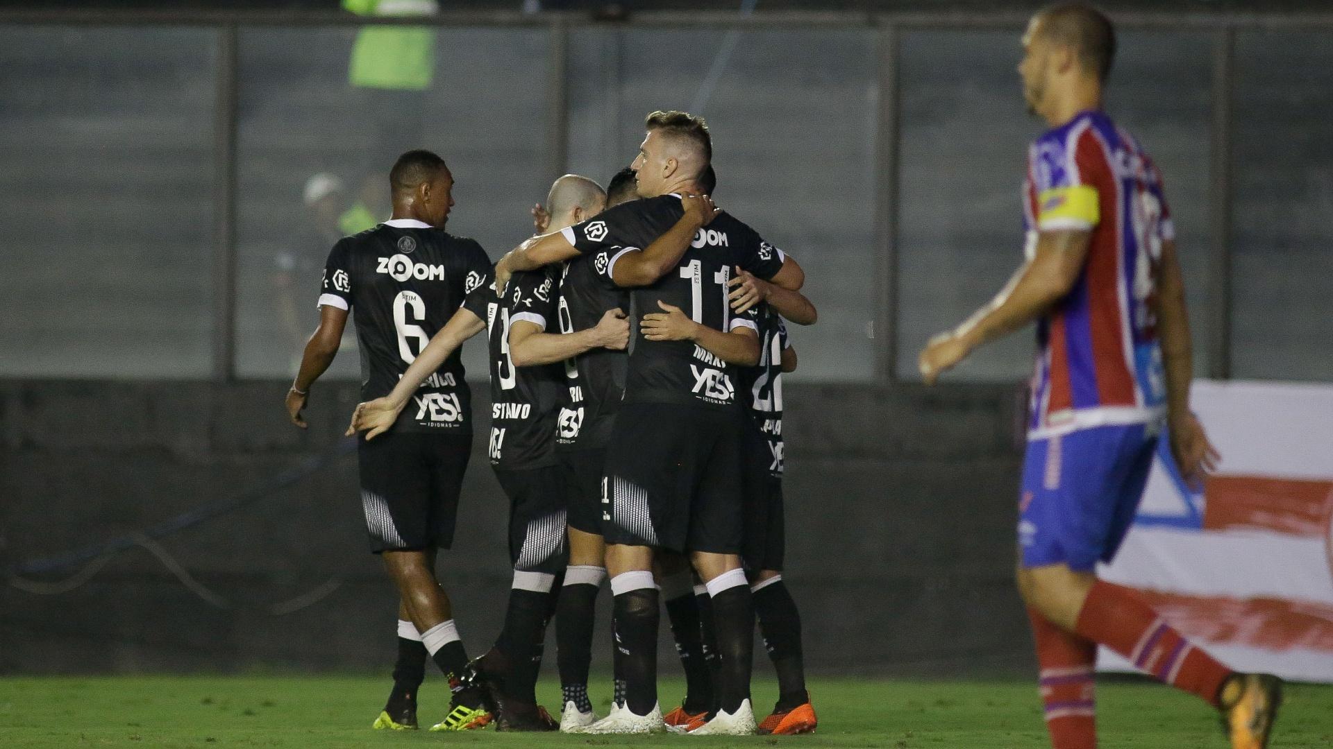 Jogadores do Vasco comemoram gol de Yago Pikachu diante do Bahia