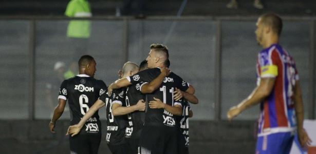 Jogadores do Vasco comemoram gol de Yago Pikachu; time luta pela permanência