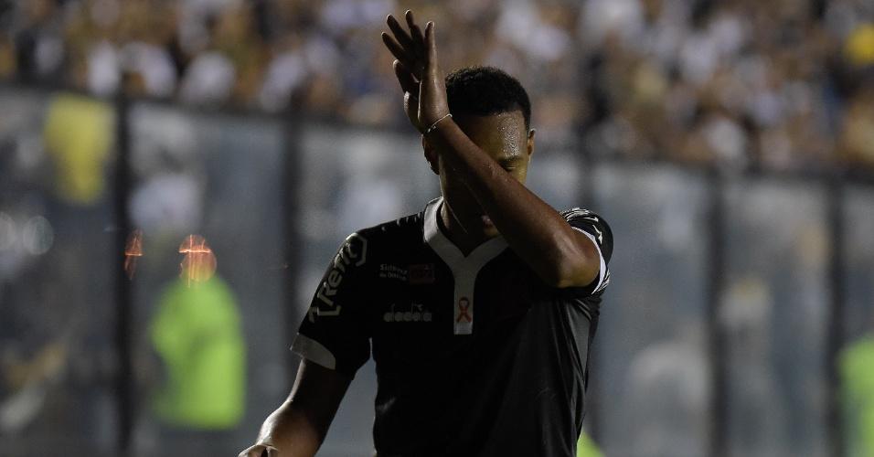 Ouvindo vaias, Fabrício é substituído e deixa campo irritado com a torcida do Vasco