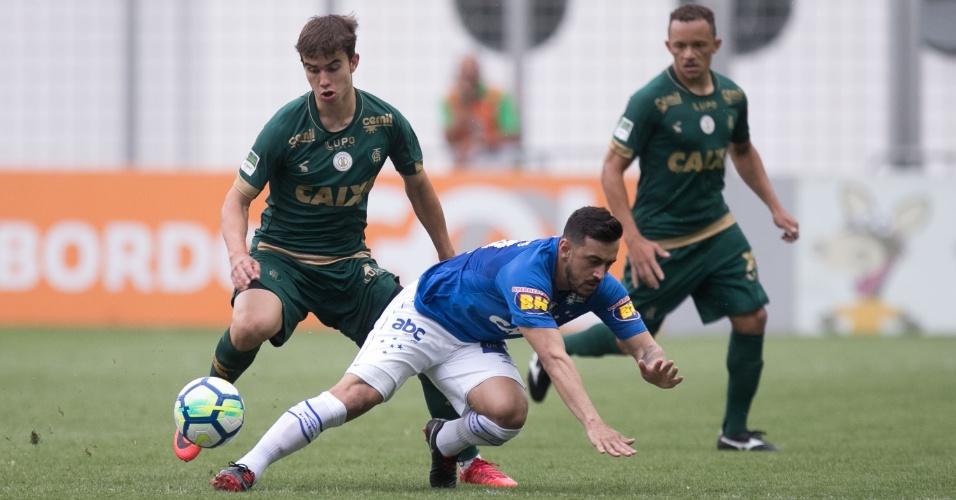 49e5957f9da8e Robinho vão ao chão durante jogo do Cruzeiro com o América-MG