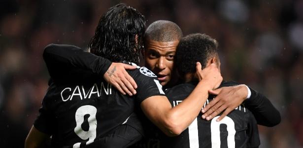 O trio composto por Cavani, Neymar e Mbappé comemora gol marcado pela Liga dos Campeões - Mike Hewitt/Getty Images