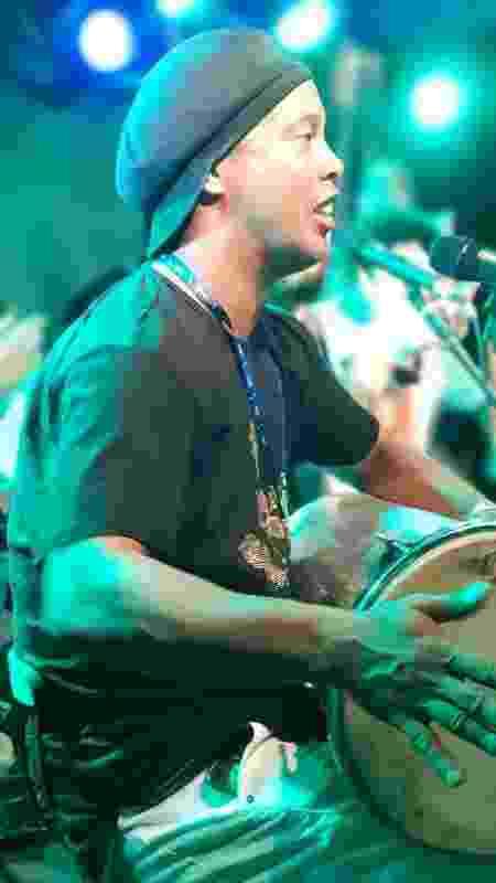 Ronaldinho Gaúcho tocando pagode no camarote - Divulgação - Divulgação