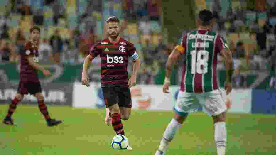 Diego conduz a bola na partida Fluminense x Flamengo pelo Campeonato Brasileiro 2019 - Alexandre Vidal/Flamengo