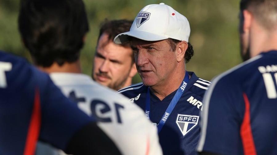 Técnico Cuca conversa com jogadores do São Paulo durante treinamento em Cotia, na pausa da Copa América - Rubens Chiri/saopaulofc.net