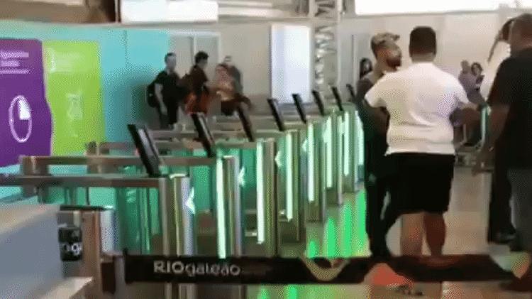Protesto de flamenguistas em aeroporto teve Diego como grande alvo - Reprodução/Twitter