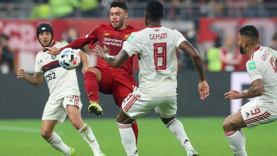 Alex Oxlade-Chamberlain encara a marcação de Gerson na final do Mundial de Clubes de 2019 entre Liverpool e Flamengo - Karim Jaafar/AFP