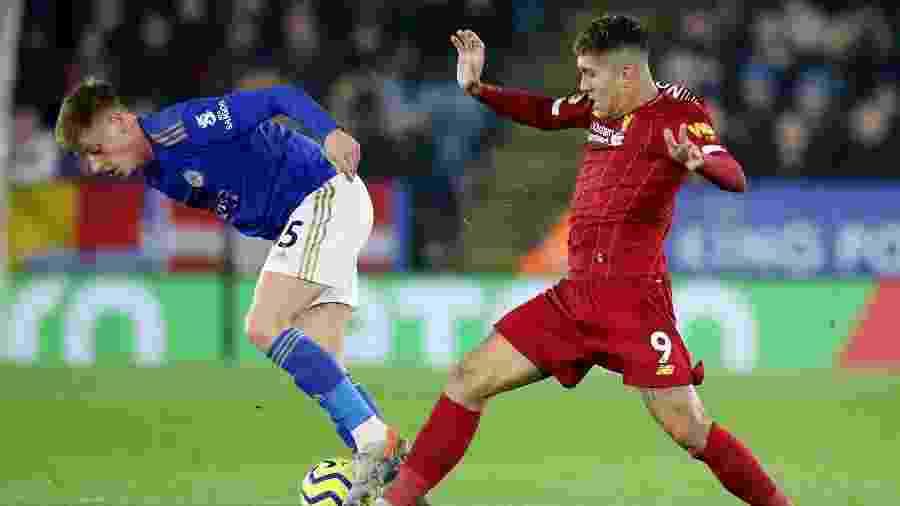 Firmino disputa bola durante partida entre Liverpool e Leicester - Action Images via Reuters/Carl Recine