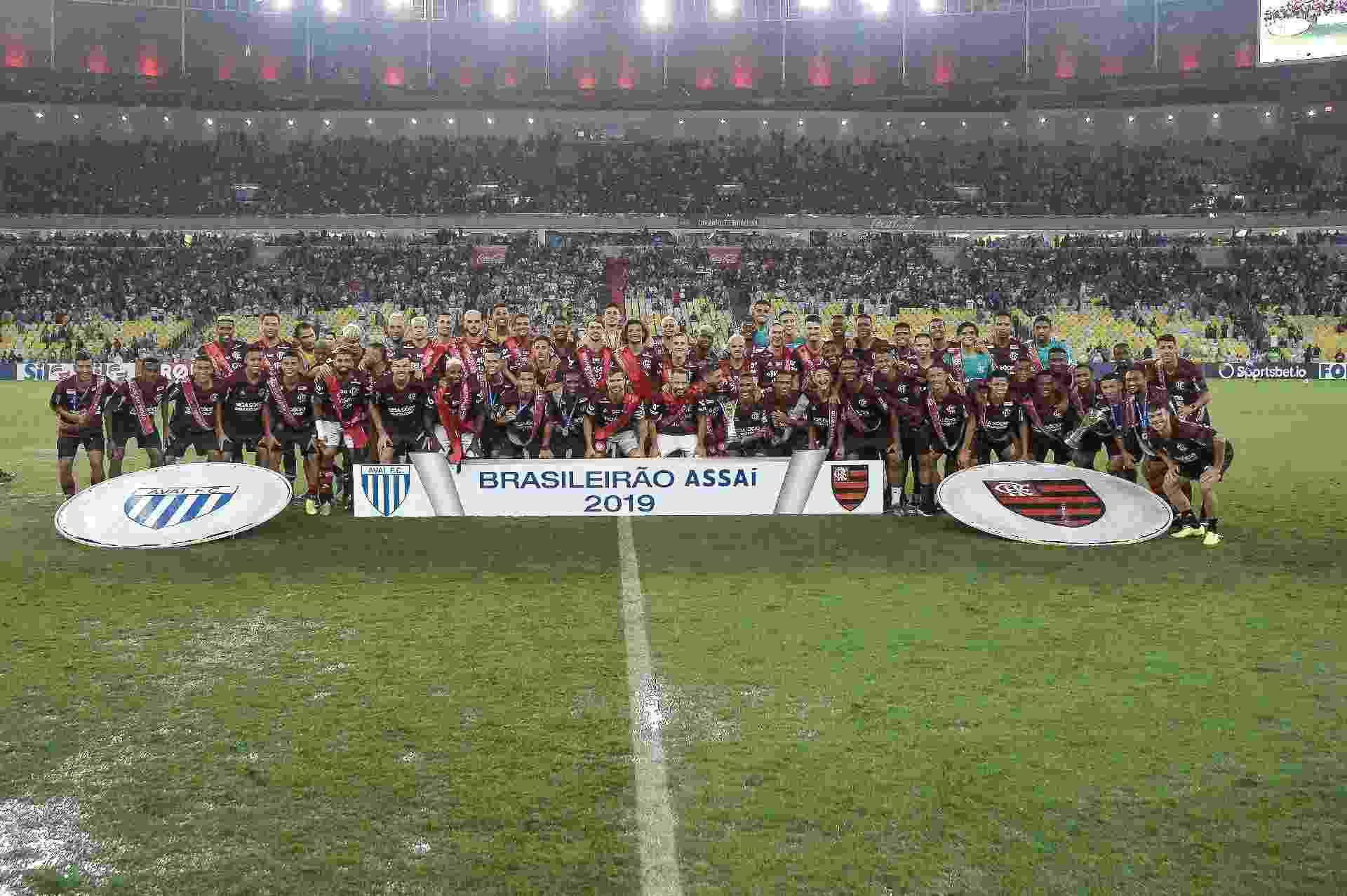Jogadores do Flamengo posam para a foto de campeão brasileiro de 2019 - Alexandre Vidal, Marcelo Cortes e Paula Reis / Flamengo