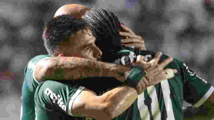 Jogadores do Palmeiras comemoram o gol de Willian contra a Ponte Preta - Marcello Zambrana/AGIF