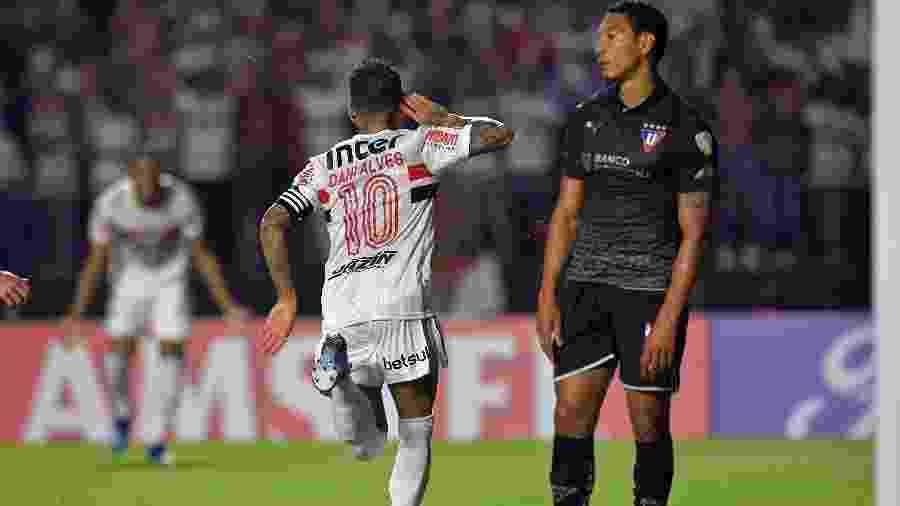 Daniel Alves celebra gol marcado pelo São Paulo sobre a LDU na Copa Libertadores - NELSON ALMEIDA / AFP