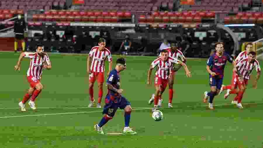 Lionel Messi bate pênalti de cavadinha no jogo Barcelona x Atlético de Madri e marca seu 700º gol na carreira - David Ramos/Getty Images
