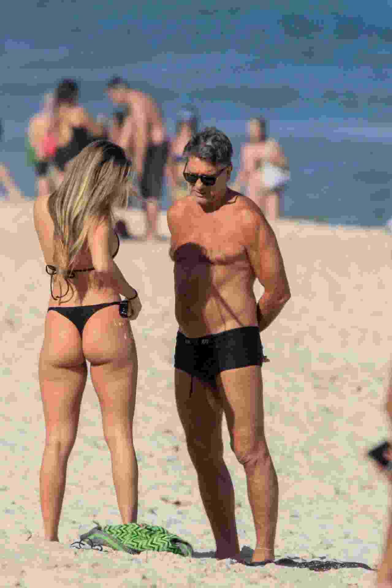 O técnico do Grêmio, Renato Gaúcho, e a filha Carol Portaluppi aproveitaram o dia de sol no Rio para pegar um bronze na praia - JC PEREIRA AGNEWS / AgNews
