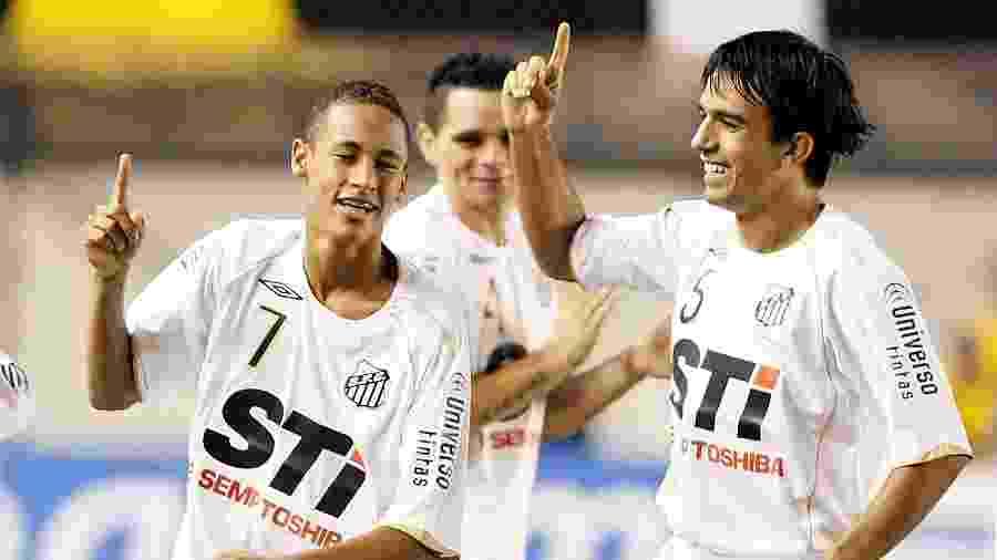 Neymar e Roberto Brum celebram gol do Santos contra o Palmeiras no Campeonato Paulista de 2009 (11.04.2009) - Eduardo Knapp/Folhapress