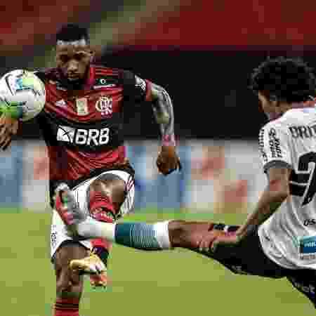 Gerson, do Flamengo, e Osman, do Coritiba, disputam bola em jogo do Brasileirão - Thiago Ribeiro/AGIF