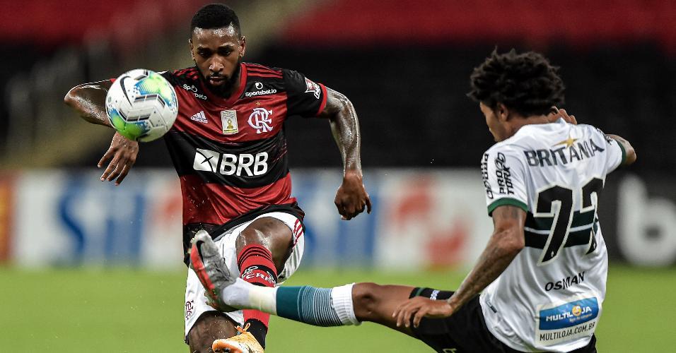 Gerson, do Flamengo, e Osman, do Coritiba, disputam bola em jogo do Brasileirão