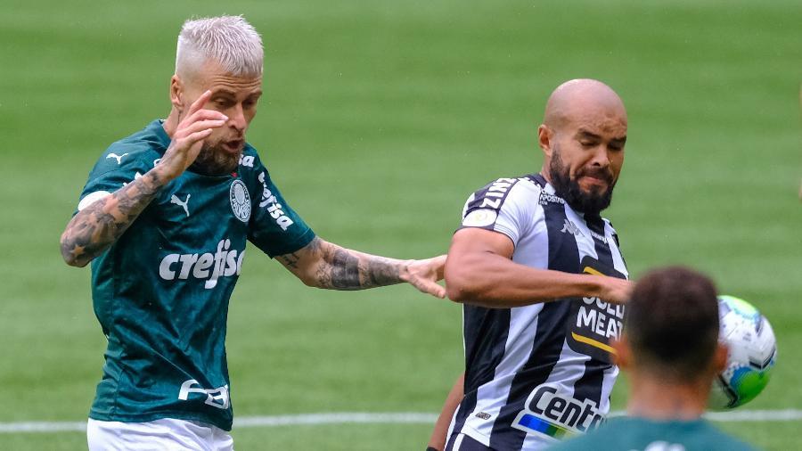 Lucas Lima tenta roubar bola de Ze Welison durante Palmeiras x Botafogo no Brasileirão 2020 - Marcello Zambrana/AGIF