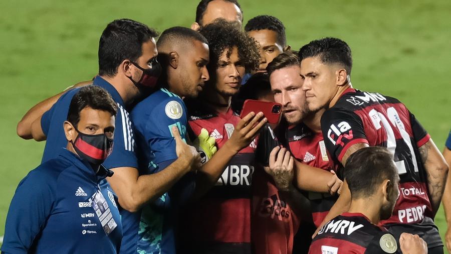 Jogadores do Flamengo veem finalzinho do jogo do Inter pelo celular - Marcello Zambrana/AGIF
