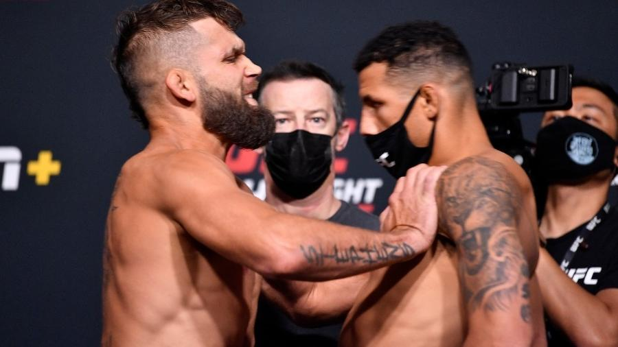 Jeremy Stephens empurra Drakkar Klose durante pesagem do UFC Vegas 24 - Photo by Chris Unger/Zuffa LLC