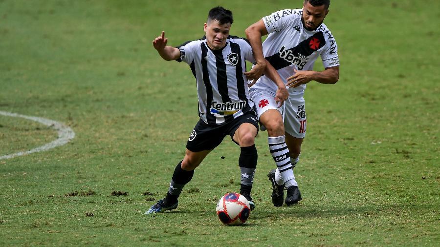 16.mai.2021: Ronald jogador do Botafogo disputa lance com Morato jogador do Vasco no Nilton Santos - Thiago Ribeiro/Thiago Ribeiro/AGIF