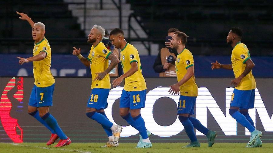 Richarlison puxa fila de comemoração de gol da seleção brasileira em partida contra o Peru - Wagner Meier/Getty Images