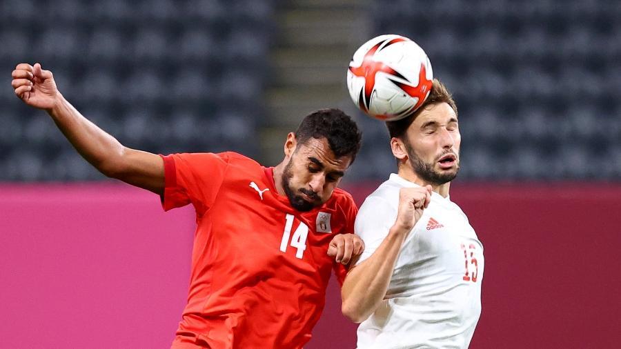Jogadores de Egito e Espanha brigam pela bola na estreia do Grupo C do futebol masculino das Olimpíadas - Kim Hong-Ji/Reuters