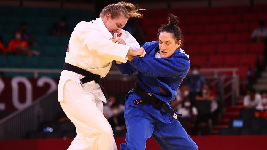 Mayra Aguiar, de azul, em ação contra Aleksandra Babintseva nas Olimpíadas de Tóquio - Sergio Perez/Reuters