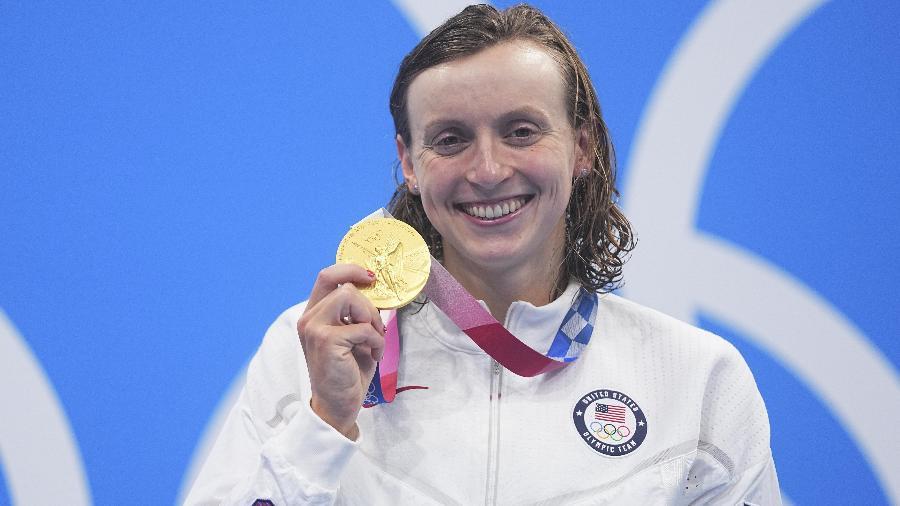 Kathleen Ledecky posa com a medalha de ouro dos 800m livre nas Olimpíadas de Tóquio - Xinhua/Xu Chang