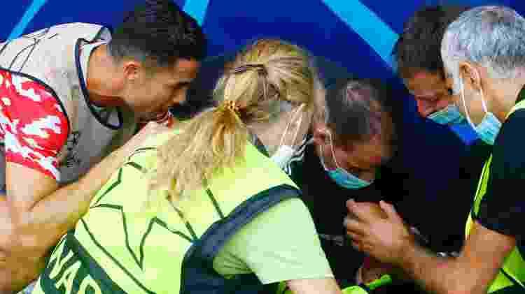 Cristiano Ronaldo se aproximou do segurança atingido por bola durante aquecimento do United - Arnd Wiegmann/Reuters - Arnd Wiegmann/Reuters