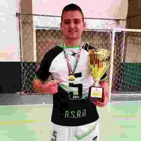 Jean Krebs com o troféu conquistado no campeonato futsal dos surdos em Itapiranga-SC pela ASAU - Arquivo pessoal/Reprodução - Arquivo pessoal/Reprodução