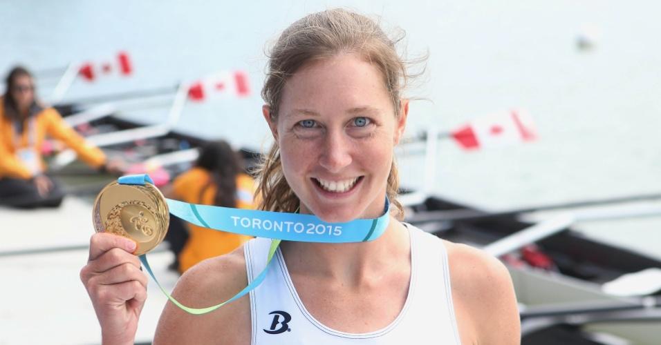 Mary Jones comemora com a medalha de ouro do remo