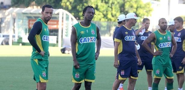 Experientes Nenê (e), Andrezinho (c) e Julio Cesar (d) fizeram longas renovações com o Vasco