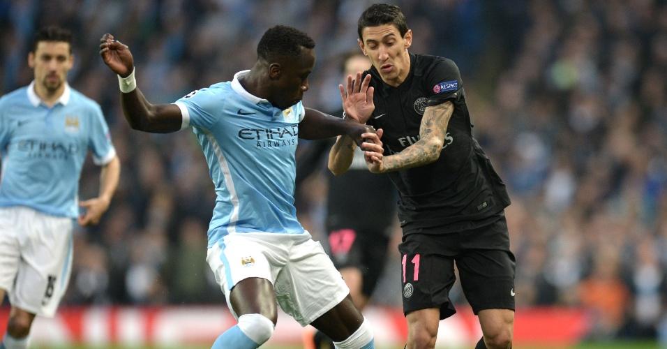 Di Maria e Sagna disputam a bola na partida entre Manchester City e PSG pela Liga dos Campeões