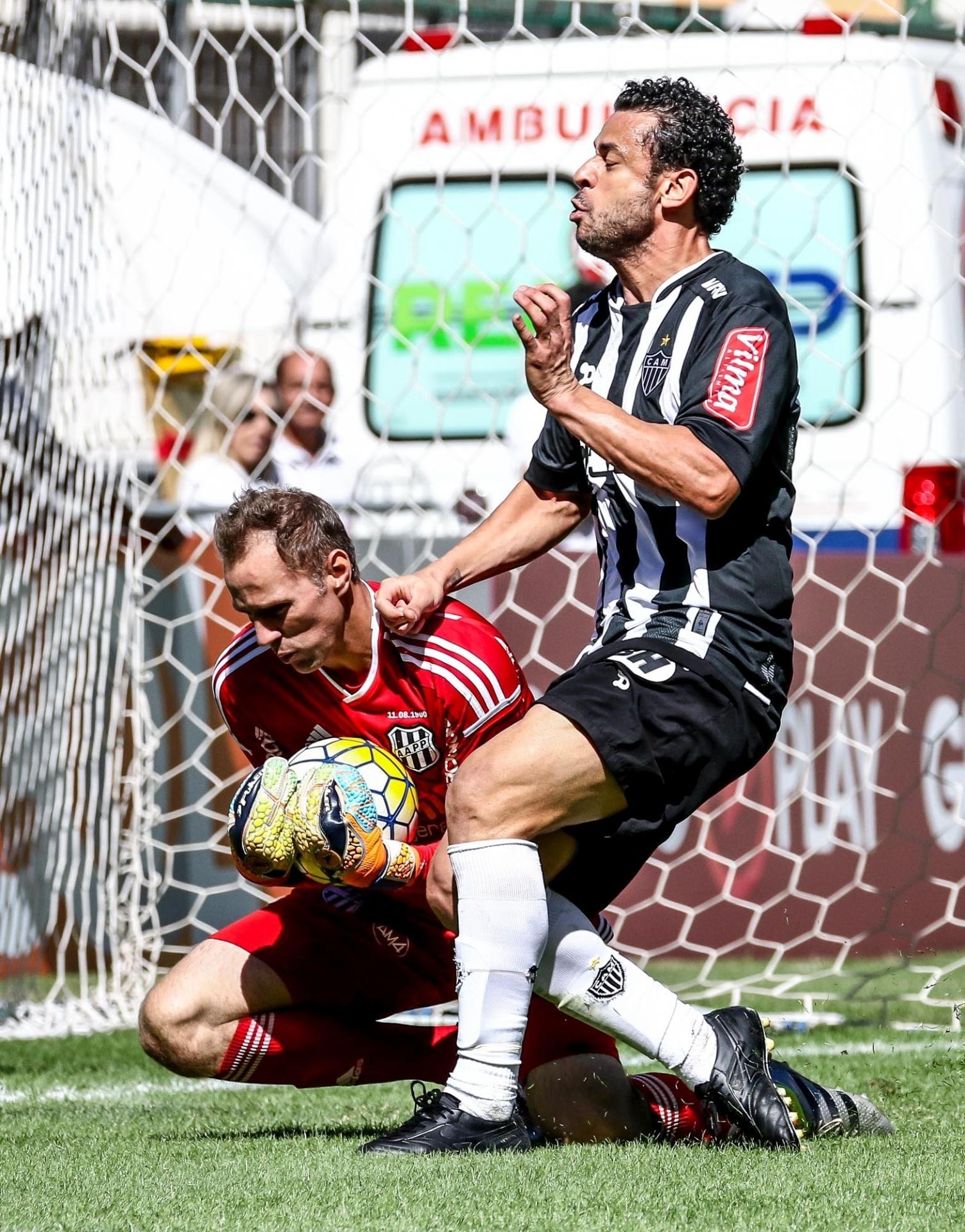Fred disputa a bola com João Carlos, durante a partida entre Atlético-MG e Ponte Preta