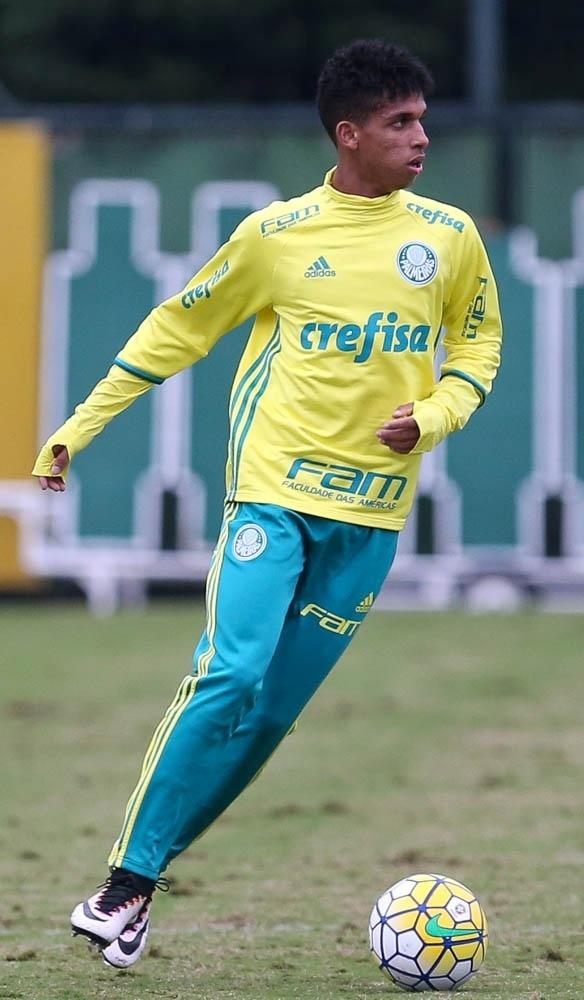 Vitinho em ação em treino do Palmeiras na Academia de Futebol