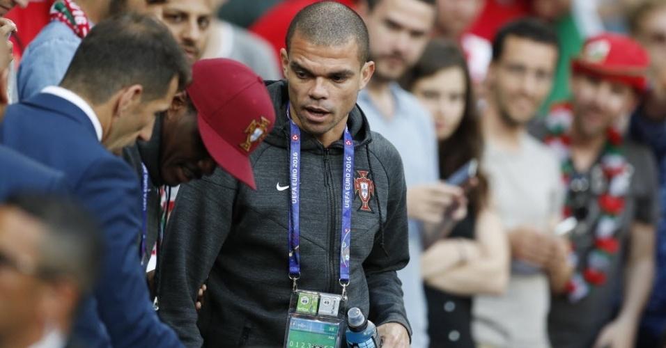 Machucado, Pepe assiste das cadeiras ao jogo de Portugal contra Gales na semifinal Eurocopa