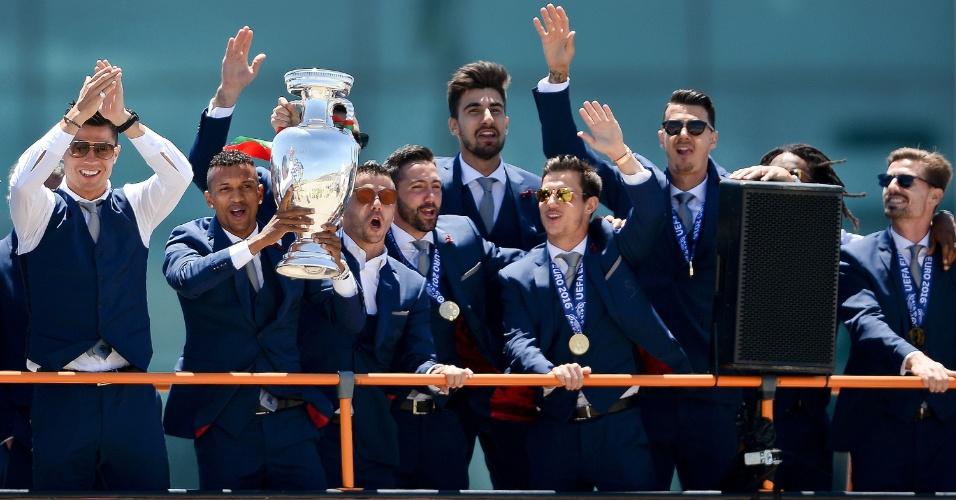 Jogadores de Portugal fazem festa na chegada a Lisboa