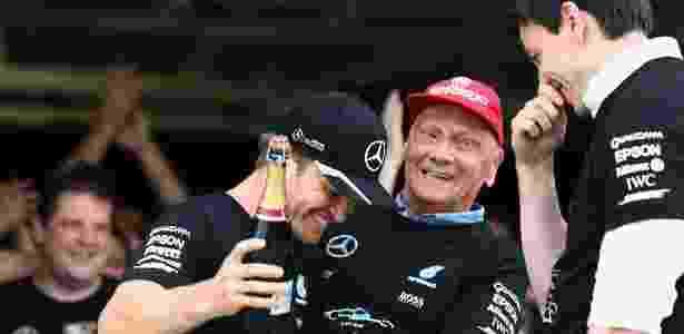 Nico Rosberg comemora com Niki Lauda e Toto Wolff no Japão - Clive Rose/Getty Images