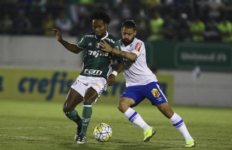 Zé Roberto e Rafael Sóbis disputam a bola na partida entre Palmeiras e Cruzeiro